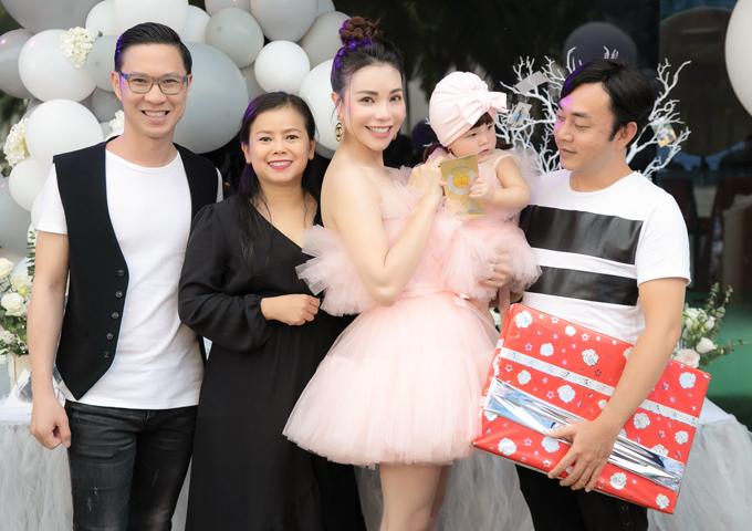MC Anh Quân (đeo kính), ca sĩ Diễm Phương (váy đen) và đạo diễn Đỗ Kim Khánh (ngoài cùng bên phải) góp mặt ở buổi tiệc.