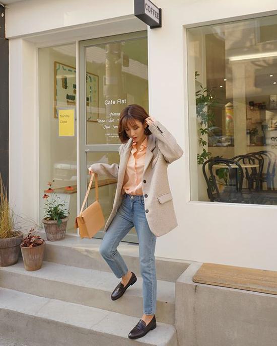 Set đồ đơn sắc cho nàng yêu phong cách cổ điển với lối mix-match đơn giản từ áo khoác, sơ mi, cho đến các phụ kiện dòng vintage.