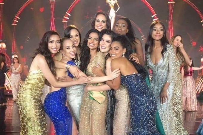 Thanh Khoa (trái) từng sang Myanmar tham dự đêm chung kết Miss Grand International 2018. Cô chụp hình cùng các thí sinh và Á hậu 1 người Ấn Độ.