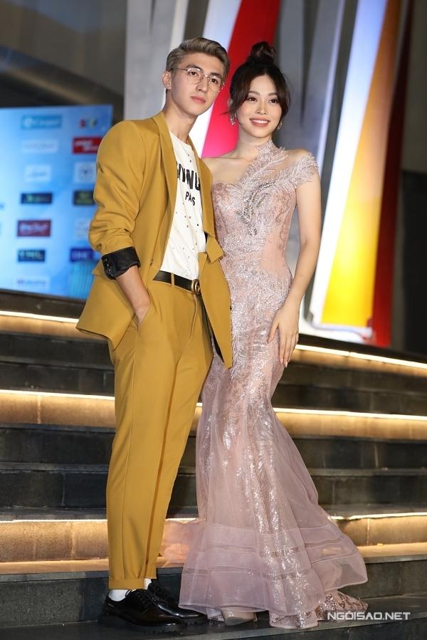 Người đẹp được bạn trai - diễn viên Bình An tháp tùng tại sự kiện.