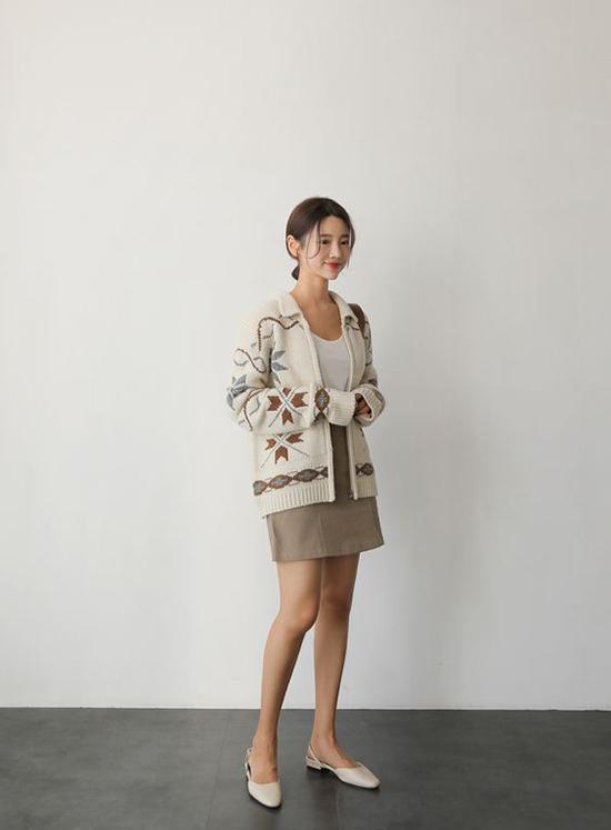 Để tránh bị rét mướt và dính bệnh cảm cúm, phái đẹp nên chọn thêm các mẫu áo khoác mỏng, dễ phối đồ khi xuống phố cuối tuần.