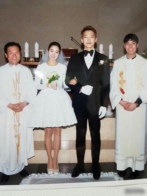 Trong tấm ảnh cuớimàu hiếm hoi được hé lộ với công chúng, cô dâu Kim Te Hee mặc váy cưới ngắn trên đầu gối, hơi nghiêng đầu và khoác ty chú rể. Tân lng cười mỉm và diện bộ tuxedo màu đen lịch lãm, thắt nơ.