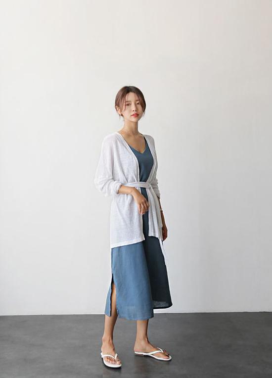 Khi đi cafe vào những ngày mưa, các chị em vẫn có thể diện váy linen mùa hè. Nhưng set đồ sẽ hoàn hảo hơn khi được mix thêm các kiểu áo choàng mỏng, nhẹ và đủ khả năng giữ ấm.
