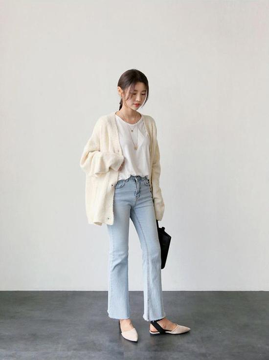 Áo len, áo cardigan ôm dễ khiến người mặc già trước tuổi. Trái lại, các kiểu áo phôm dáng rộng lại khiến bạn gái trở nên cá tính hơn.