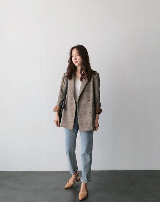 Xuống phố ngày mưa, phái đẹp sẽ trở nên sành điệu hơn với áo kẻ sọc ca rô hot trend đi cùng jeans và áo thun trơn.