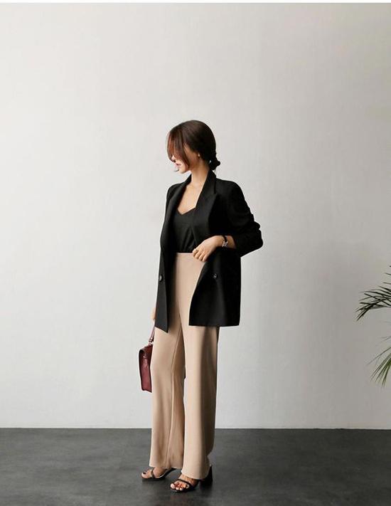 Áo khoác blazer khó lỗi mốt và dễ dàng tạo nên sự đồng điệu với những set đồ từ cổ điển cho đến hiện đại.