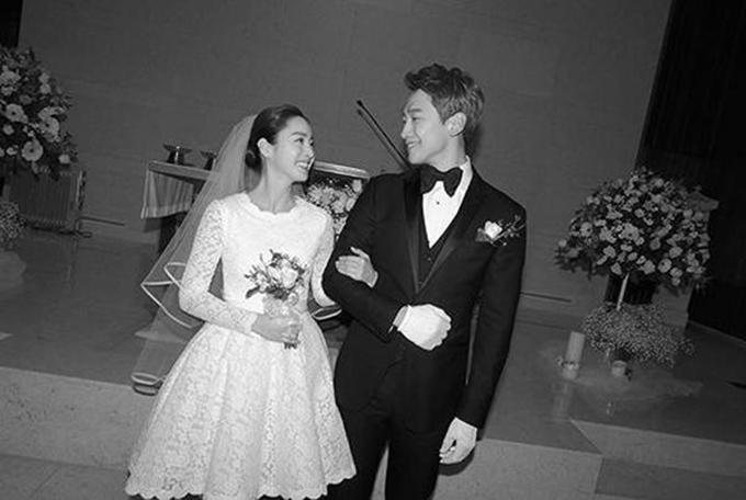 Chiều 19/1/2017, đám cưới củ cặp so được tổ chức bí mật và ấm cúng ở nhà thờ Ghoe-dong, Seoul với chi phí tiết kiệm.