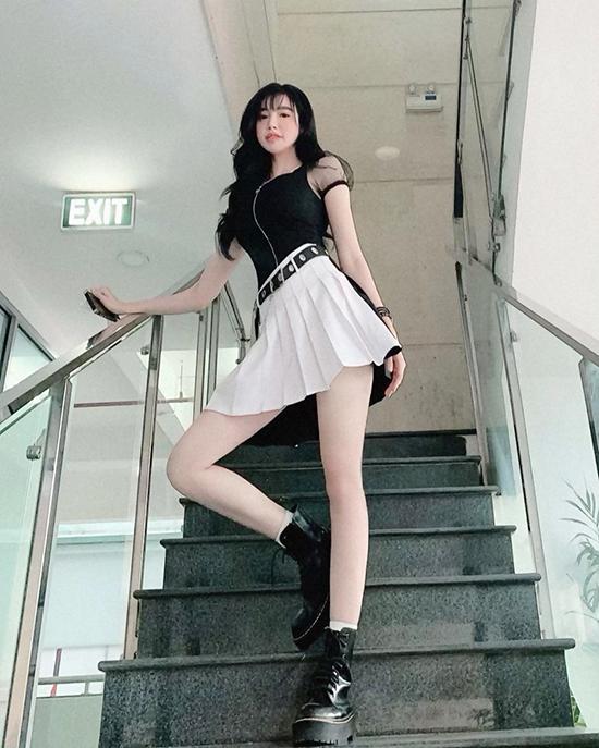 Bà mẹ hai con Elly Trần khoe dáng sexy trong bộ cánh mang hơi hướng phong cách đồng phục nữ sinh. Chân váy xếp ly dáng ngắn được cô phối cùng áo ôm sát body để tôn vẻ đẹp hình thể.