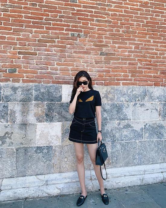 Á hậu Huyền My với phong cách trẻ trung và hiện đại khi chọn áo thun Fendi phối cùng chân váy jeans. Bộ phụ kiện túi xách và giày hở gót Hermes tiệp sắc đen khiến set đồ của cô cuốn hút hơn.