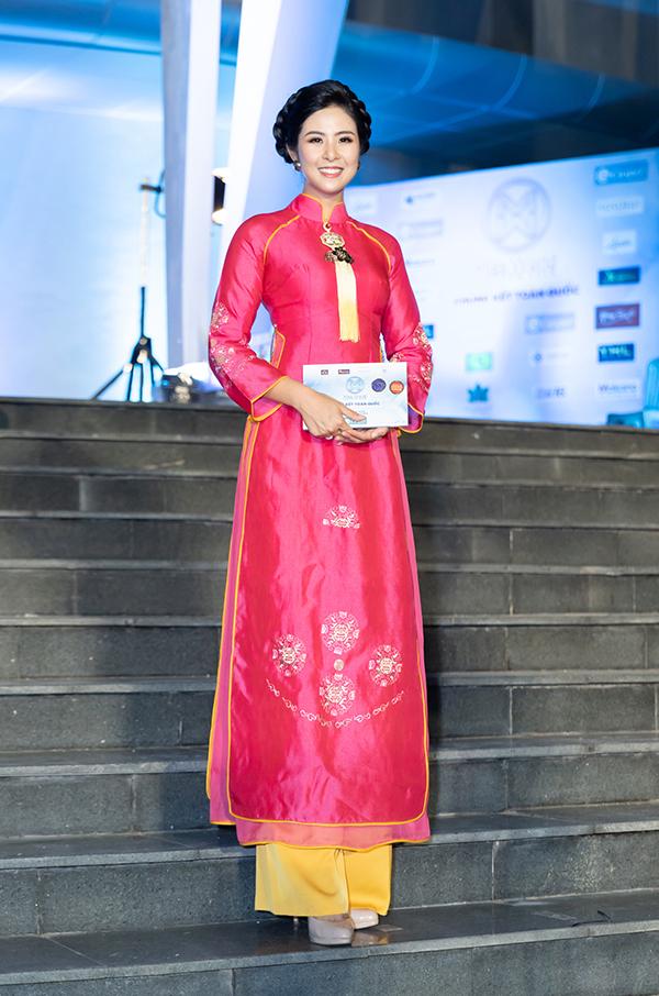 Hoa hậu Việt Nam 2010 Ngọc Hân diện áo dài do chính mình thiết kế.