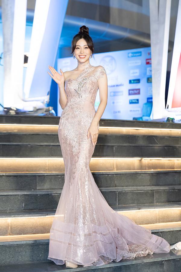 Á hậu Việt Nam 2018 Phương Nga thướt tha trong thiết kế đôi cá bó sát. Cô có mặt tại Đà Nẵng từ nhiều ngày trước để đồng hành với các thí sinh.