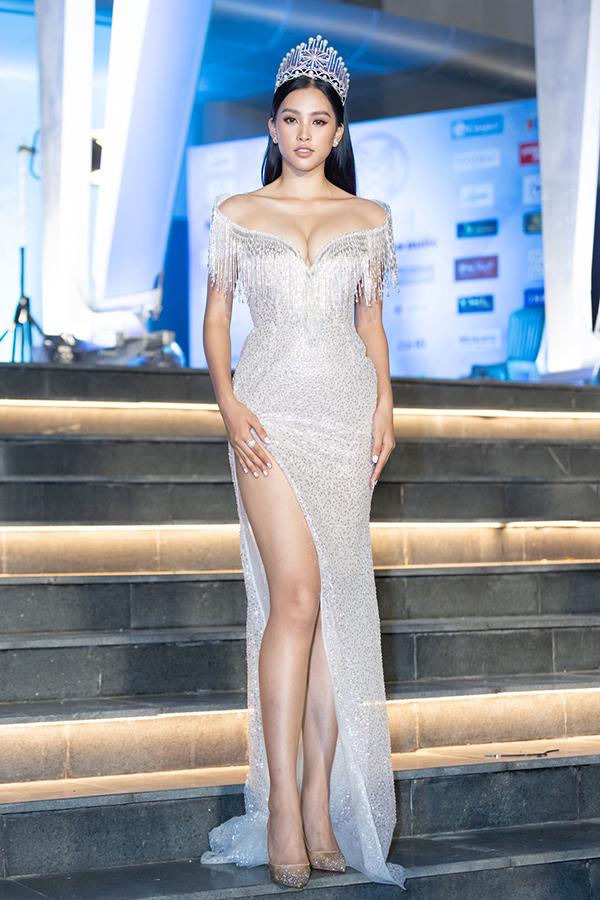 Hoa hậu Việt Nam 2018 Trần Tiểu Vy gây chú ý khi diện thiết kế gợi cảm khi bước đi trên thảm đỏ của Hoa hậu Thế giới Việt Nam 2019. Với lợi thế sở hữu đôi chân dài miên man, Tiểu Vy thường xuyên diện váy xẻ cao, bó sát.