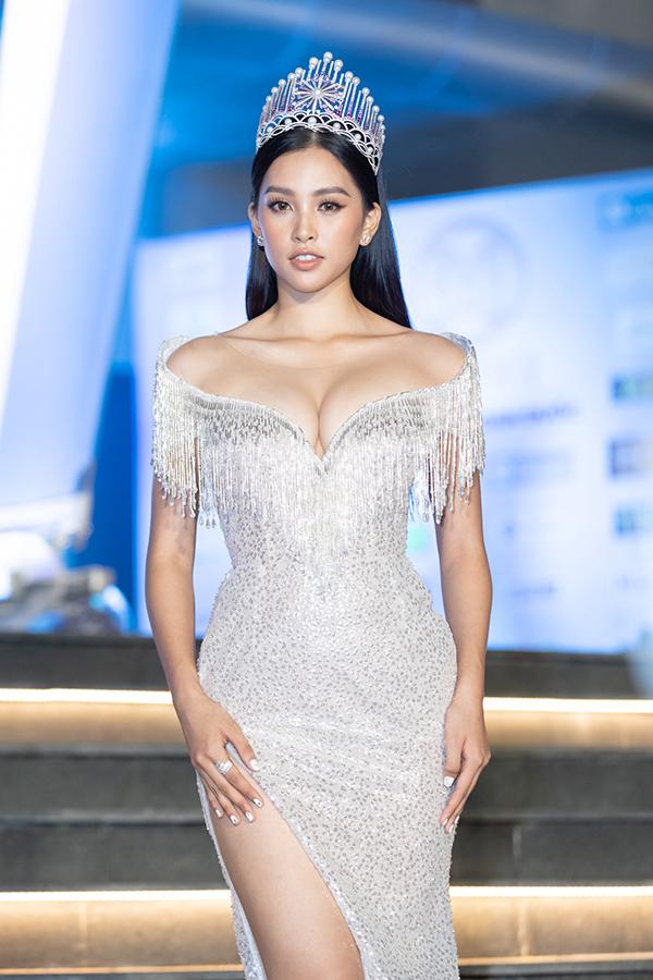 Thiết kế trễ ngực giúp cô khoe gần trọn đôi gò bồng đào gợi cảm ở tuổi 18. Cô là một trong 2 đại sứ hình ảnh của cuộc thi, thường xuyên đồng hành cùng với các thí sinh.