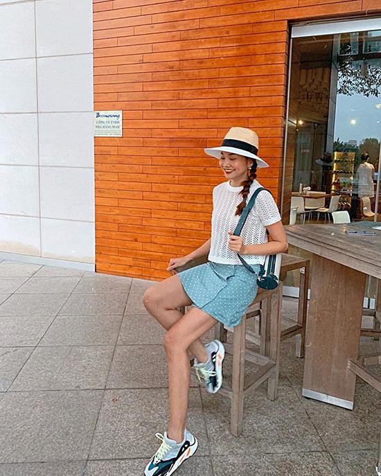 Thanh Hằng được fan khen ngợi trẻ trung như nữ sinh khi diện chân váy chấm bi cùng áo thun dáng lửng. Phụ kiện khai thác vẻ năng động gồm giày sneaker, túi trống, mũ fedora được siêu mẫu chọn lựa để hoàn thiện set đồ.