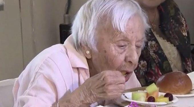 Cụ bà Louise Signore vẫn tự ăn uống bình thường ở tuổi 107. Ảnh: WCBS.