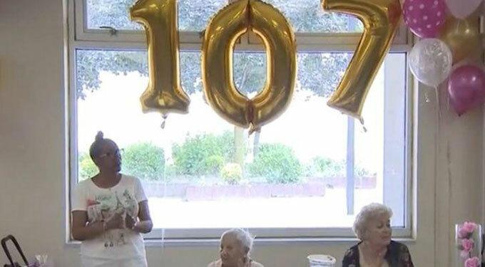 Tiệc sinh nhật 107 tuổi của cụ Louise được tổ chức ở Trung tâm Cộng đồng ở Coop City, New York hôm 31/7. Ảnh: WCBS.