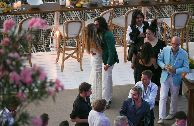 Cặp sao hôn nhau say đắm trong bữa tiệc trước đám cưới chiều 2/8. 100 khách mời góp mặt trong ngày vui của họ, gồm giám khảo Got Talent Simon Cowell.