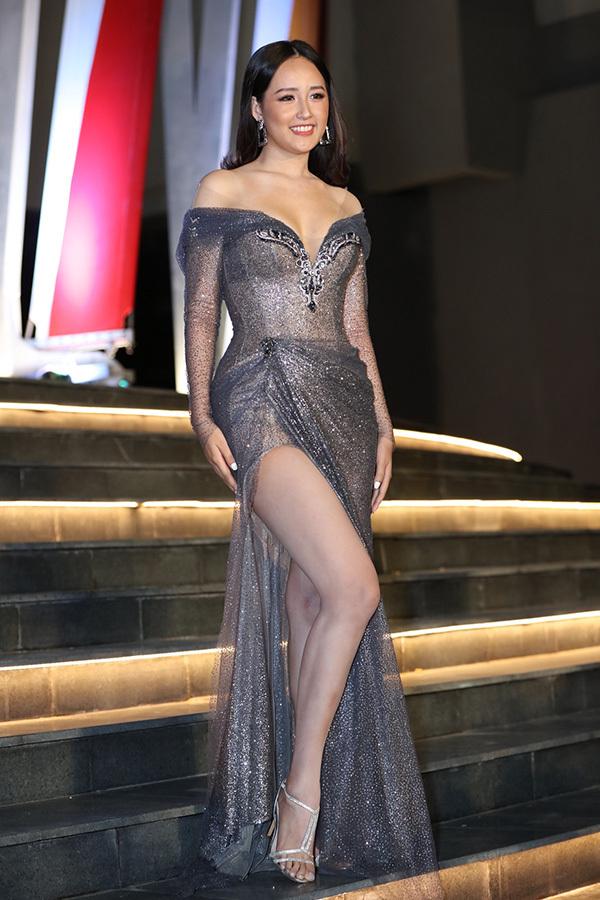 Hoa hậu Việt Nam 2006 Mai Phương Thuý cũng không kém cạnh đàn em khi diện váy bó sát, xẻ cao, trễ vai khoe ngực đầy.Cô là một trong những giám khảo của cuộc thi năm nay.