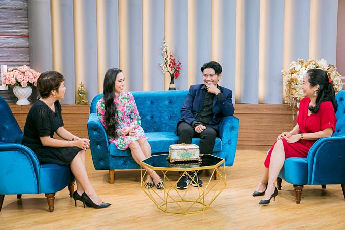 Tiến sĩ tâm lý Linh Trang (ngoài cùng bên trái) và MC Ốc Thanh Vân đóng vai trò là những người gỡ rối cho cặp vợ chồng nổi tiếng.