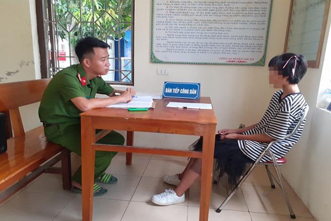Thùy Linh (bên phải) làm việc với cảnh sát. Ảnh: Hùng Lê