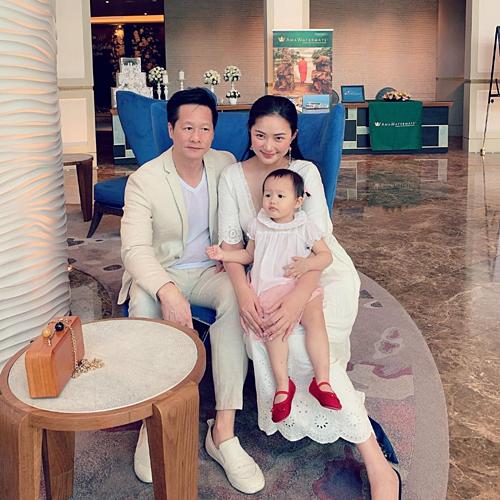 Phan Như Thảo bên chồng và con gái.