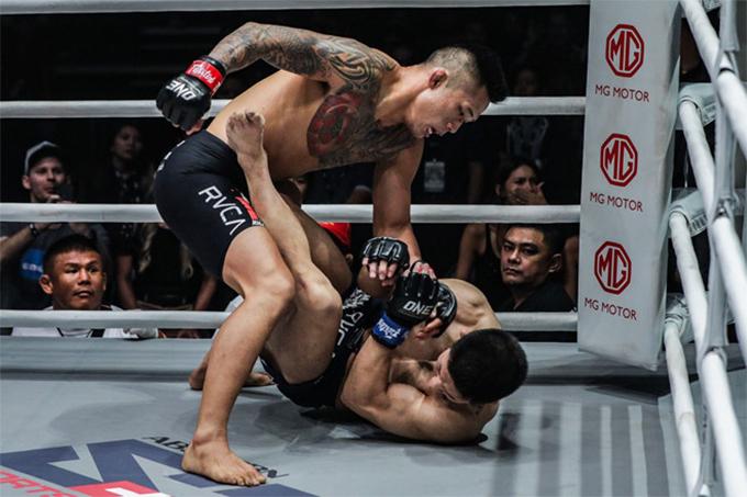 Martin Nguyễn quật ngãMatsushimavà tung những cú đấm liên tiếp hạ knock-out đối thủ ở cuối hiệp hai. Ảnh: FS.