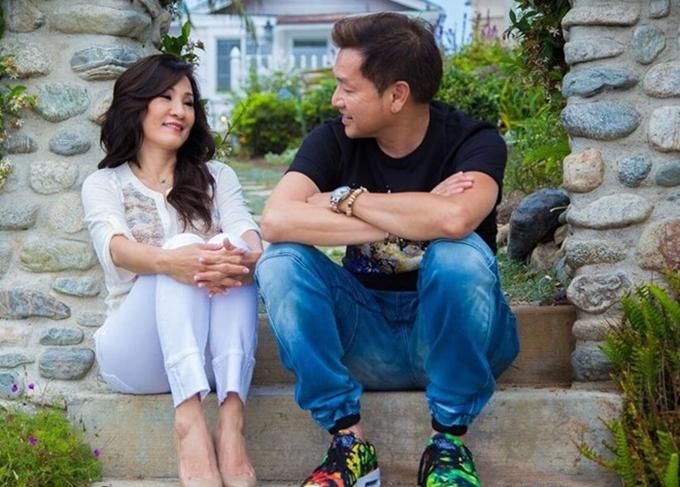 Trước khi chia tay, Hồng Đào - Quang Minh hạnh phúc trong hôn nhân và ăn ý trên sân khấu. Họ có hai con gái chung và hiện vẫn cùng làm việc trong một số dự án phim ảnh.