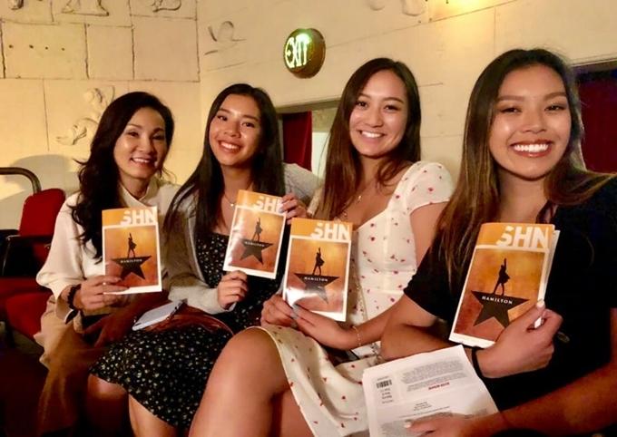Hồng Đào cùng hai con gái, Vicky (ngoài cùng bên phải) và Sophia (thứ hai từ trái qua), đi xem nhạc kịch ở San Francisco, Mỹ. Chị úp mở dự định thử sức ở lĩnh vực kịch.