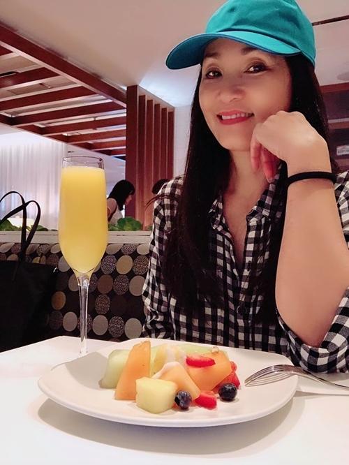 Rời sân khấu, vợ cũ diễn viên Quang Minh tận hưởng cuộc sống của một phụ nữ độc thân. Chị dùng bữa sáng tại phi trườngvà cày phim trong những chuyến bay dài.