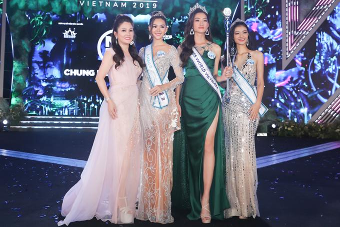 Hoa hậu Doanh nhân Xuân Hương (ngoài cùng bên trái) cùng Top 3 Hoa hậu Thế giới Việt Nam.