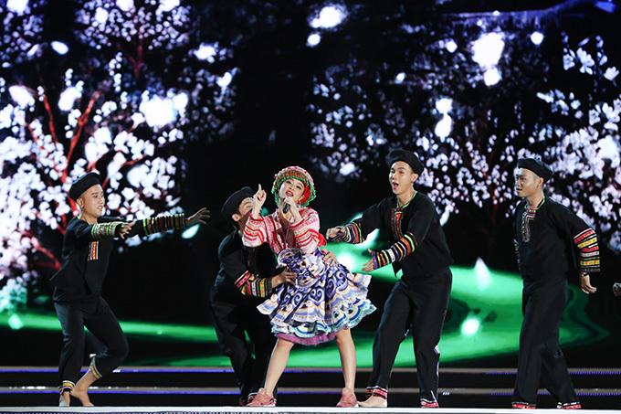 Hoàng Thuỳ Linh mở đầu chương trình với ca khúc Để Mị nói cho mà nghe doThịnh Kainz - Kata Trần sáng tác.
