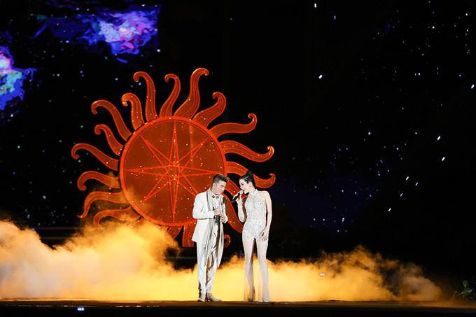 Hai ca sĩ tình tứ hoà giọng trong bản mash-up Hãy trả lời em, Nửa vầng trăng, Giấc mơ có thật, Bình minh sẽ mang em đi.