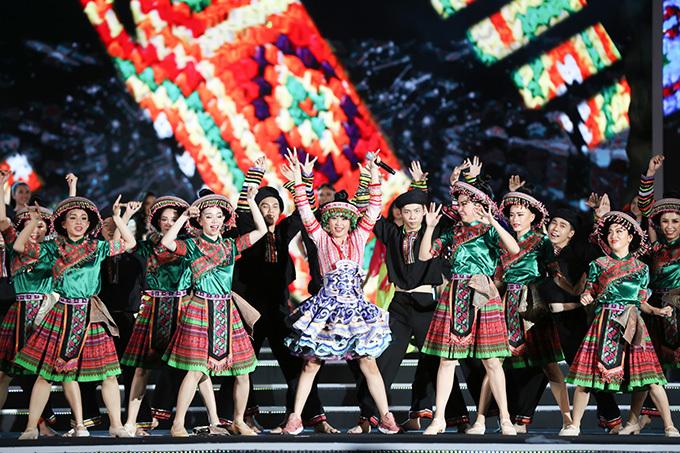 Trên nền ca khúc do Hoàng Thuỳ Linh thể hiện, các thí sinh của vòng chung kết mặc trang phục truyền thống của các dân tộc Việt Nam trình diễn Vũ điệu Việt Nam.