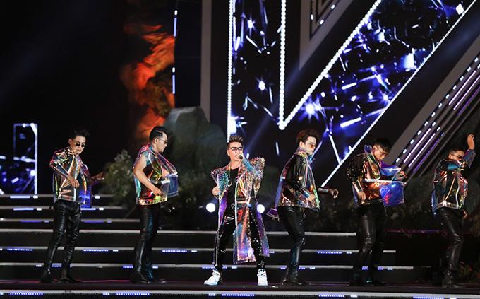 Trước đó, Đàm Vĩnh Hưng biểu diễn Vui như đêm nay do Lương Bằng Quang sáng tác.