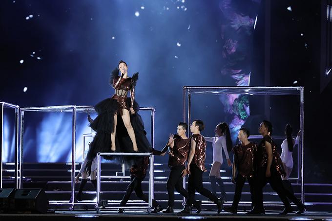 Đông Nhi lộng lẫy với bộ váy thướt tha trên sân khấu được dàn dựng cầu kỳ bằng những khối hìh lập phương.