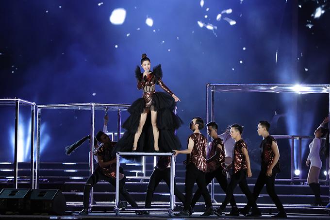 Vợ chưa cưới của Ông Cao Thắng trình diễn Giả vờ say của nhạc sĩ Đỗ Hiếu và remix lại ca khúc đình đám một thời của Mỹ Tâm là Tóc nâu môi trầm.