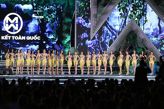 Các thí sinh đồng diễn bikini ở nửa cuối ca khúc Vui như đêm nay.