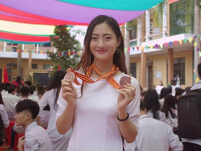 Suốt 3 năm cấp 3, cô theo học tại THPT Chuyên Cao Bằng. Không chỉ sở hữu nhan sắc xinh đẹp và chiều cao nổi trội, Lương Thuỳ Linh còn có thành tích học tập xuất sắc.