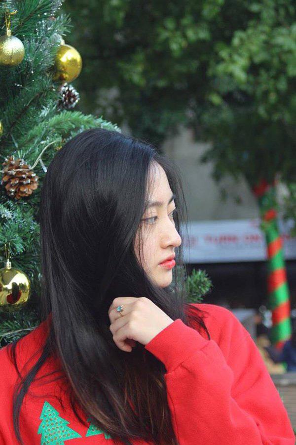 Nhìn từ góc nghiêng, sống mũi cao giống người phương Tây là ưu điểm lớn nhất trên gương mặt Lương Thuỳ Linh. Nhiều người nhận xét có sở hữu nét đẹp hiện đại, cá tính.