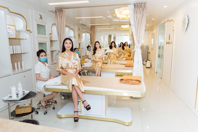 Các thí sinh Miss World trải nghiệm dịch vụ làm đẹp tại Thẩm mỹ viện Xuân Hương.