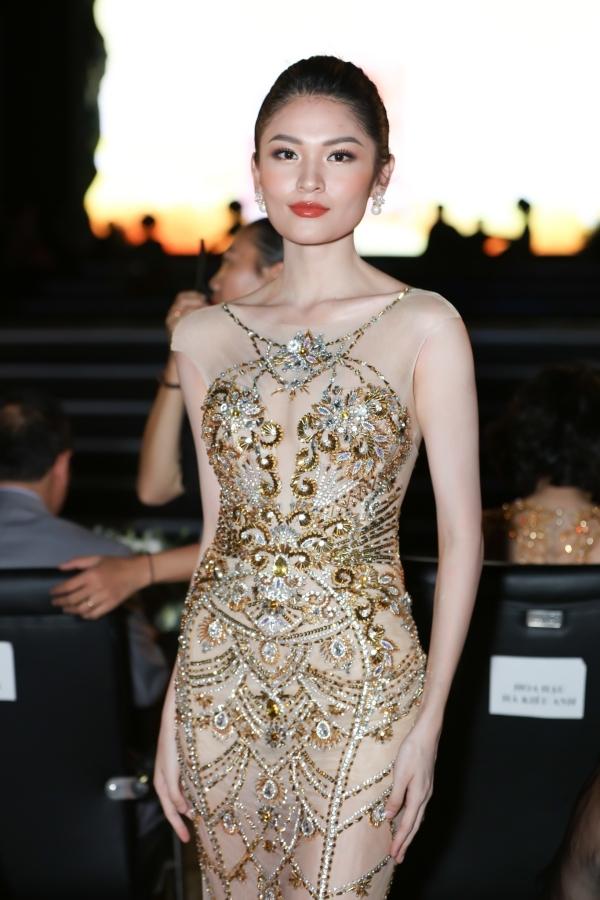 Á hậu Thuỳ Dung chọn váy xuyên thấu đến theo dõi chương trình.