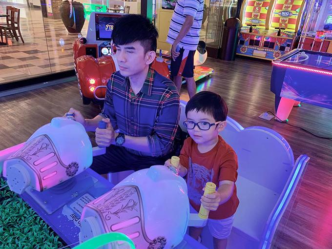 Trong khi bé Thiên Từ hào hứng với trò chơi, Đan Trường tỏ vẻ đuối sức.