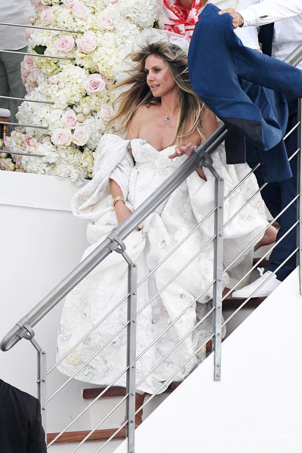 Heidi Klum diện soriee trắng bồng bềnh và trễ nải, khoe vai trần quyến rũ.