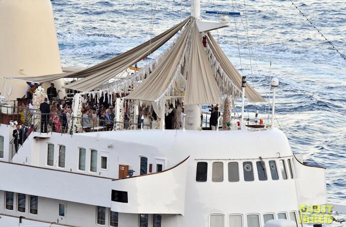 Du thuyền được trang trí lộng lẫy, kết đầy hoa trắng.