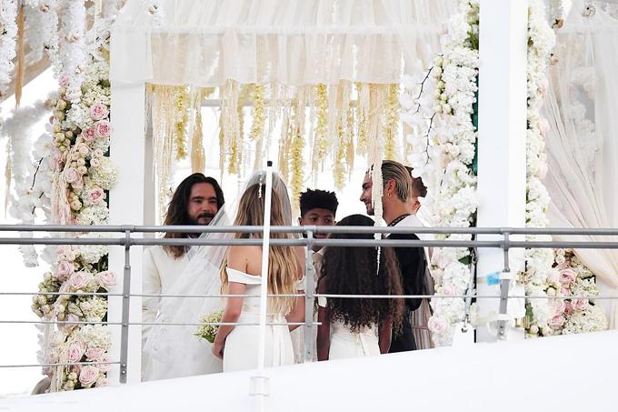 Lễ cưới này có sự tham dự của đầy đủ người thân và bạn bè. 4 người con riêng của Heidi quây quần bên mẹ trong hôn lễ. Anh trai sinh đôi cùng nhóm nhạc Tokio Hotel của Tom là Bill Kaulitz (mặc áo đen) cũng có mặt.