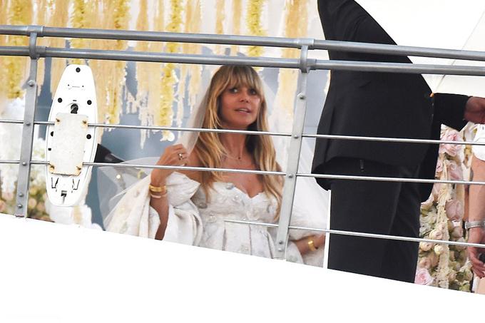 Heidi Klum cùng gia đình đã tới đây từ đầu tuần để nghỉ dưỡng và chuẩn bị cho hôn lễ. Hồi tháng 2, cô và ca sĩ Tom Kaulitz từng tổ chức lễ cưới đơn giản tại tòa án Los Angeles khi đi đăng ký kết hôn.