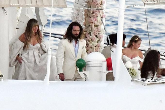 Các con của siêu mẫu (bên phải) làm phù dâu, phù rể trong đám cưới của mẹ.