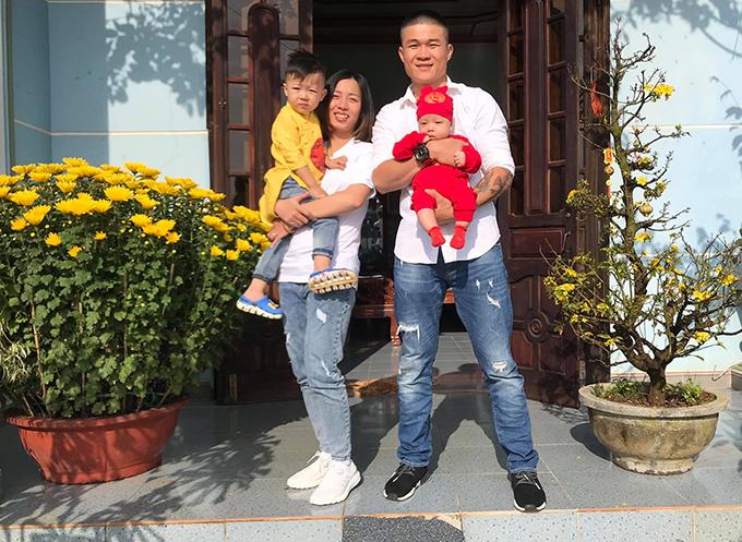 Vợ chồng Trương Đình Hoàng và hai con trai. Ảnh: FBNV.