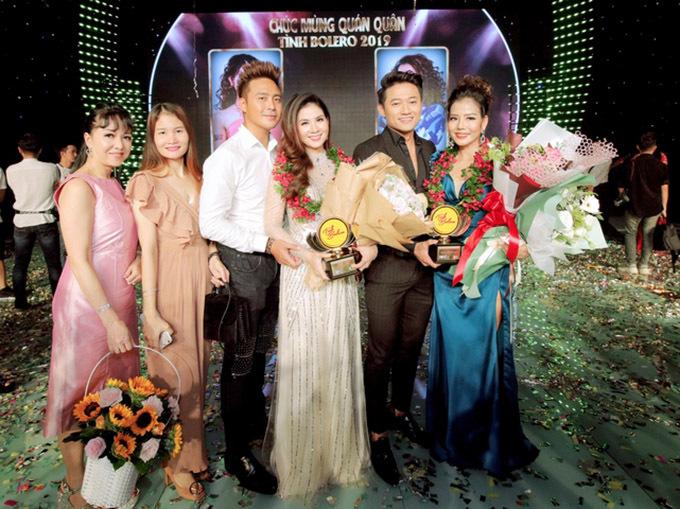 Đôi vợ chồng chụp ảnh cùng diễn viên Quý Bình, quán quân bảng Phòng trà Phạm Phương và bạn bè, người thân sau chung kết.