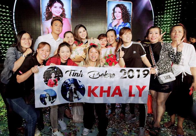 Các fan của Kha Ly căng băng rôn chúc mừng nữ diễn viên.